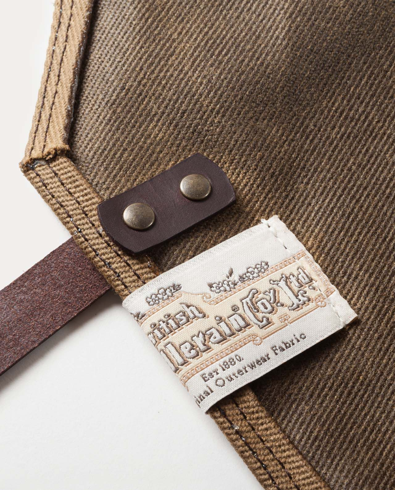 Delantal de trabajo de 18oz. Work apron made with British Millerain waxed canvas and Premium Vegetable tanned leather.