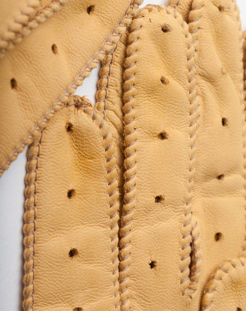 guantes de conducir amarillos detalle dedos