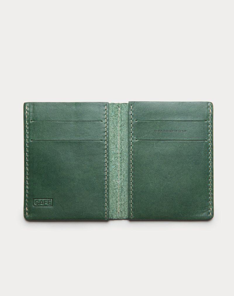 cartera de piel verde abierta