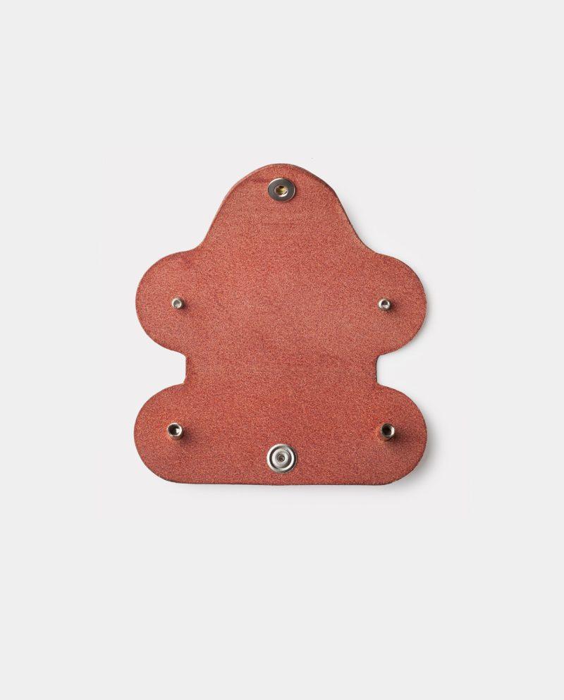 funda de piel roja para llaves abierta dentro