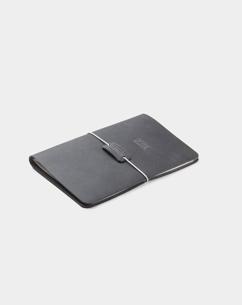 cuaderno de notas de piel gris