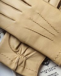 winter-gloves-cream-front-detail